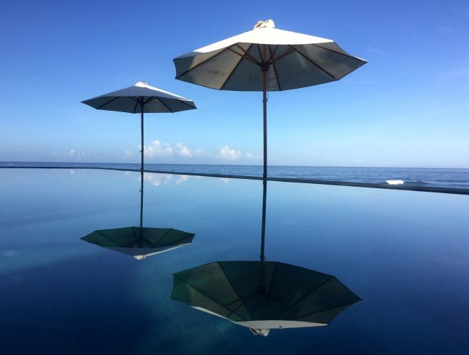 THE INFINITY POOL HAS A SPECTACULAR OCEAN VIEW
